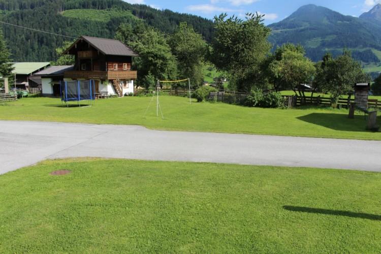 Die Außenansicht des Gruppenhauses Höllwarthof in Österreich.