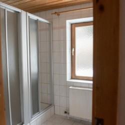 Der Sanitärbereich im Gruppoenhaus Höllwarthof in Österreich.