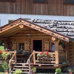 Eine Blockhütte am Höllwarthof in Österreich.