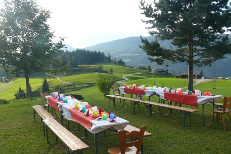 Die wunderschöne Aussicht im österreichischen Freizeitheim Kurzenhof mit hauseigenem See.