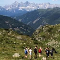 Wandern in den Bergen im österreichischen Freizeitheim Kurzenhof mit hauseigenem See.