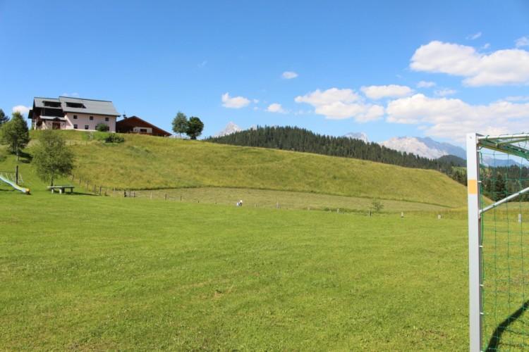 Die Außenanlage im österreichischen Freizeitheim Kurzenhof mit hauseigenem See.