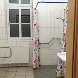 Der rolligerechte Duschbereich im Gruppenhaus Burlage in Deutschland.