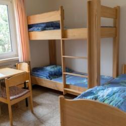3-Bettzimmer im deutschen Kinderfreizeit und Jugendgruppenhaus Waldheim Häger