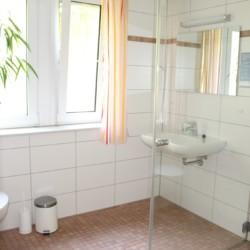 Sanitärbereich im Leiterzimmer des deutschen Kinderfreizeit und Jugendfreizeithaus Waldheim Häger