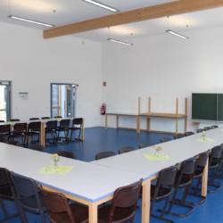 Gruppenraum mit Tafel im deutschen Freizeitheim Krekel für barrierefreie Gruppenreisen.