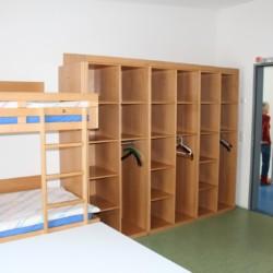 Die Schlafzimmer mit Etagenbett und Kleiderschrank im barrierefreien Freizeitheim Krekel in Deutschland.
