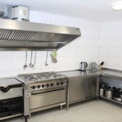 Die Küche im Freizeitheim Krekel für barrierefreie Gruppenreisen in Deutschland.