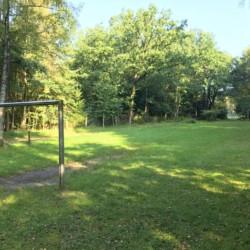 großes Außengelände mit Wald und Wiese, Bolzplatz und Volleyballfeld vom Kinder und Jugendgruppenhaus Freizeitheim Lehringen