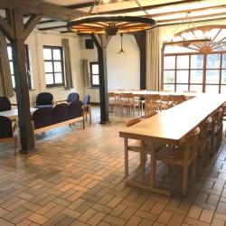 großer, heller Gruppenraum mit Kamin im deutschen Kinder und Jugen- Freizeitheim Lehringen