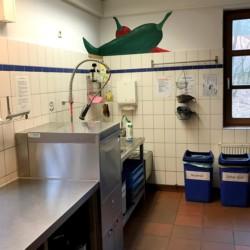 Profiküche mit Profi-Spülmaschine im deutschen Junden und Kindergruppenhaus Lehringen