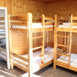 Ein Mehrbettzimmer mit Etagenbetten im deutschen CVJM Freizeitheim Marwede für Kinder und Jugendreisen.