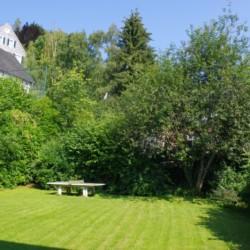 Der Garten mit Tischtennis am deutschen Freizeithaus Jugendhaus Monschau für barrierefreie Gruppenreisen.