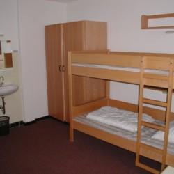 Schlafzimmer mit Waschbecken, Etagenbett und Kleiderschrank im deutschen Freizeitheim Jugendhaus Monschau.
