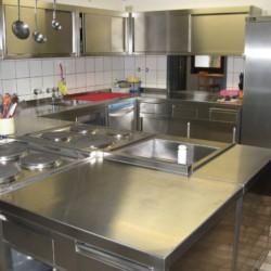 Große Küche im Gruppenheim Jugendhaus Monschau für barrierefreie Freizeiten in Deutschland.