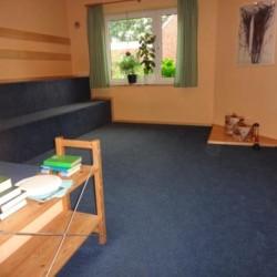 Kleiner Andachtsraum im Freizeithaus Rorichmoor für Kinder und Jugendgruppen in Deutschland.