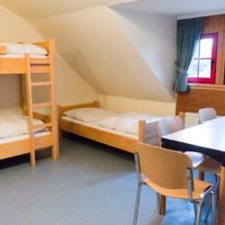 Ein Mehrbettzimmer im deutschen Freizeitheim Schotten in Hessen.