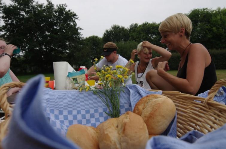 Frühstück im Garten am deutschen Freizeithaus Settrup für Kinder und Jugendfreizeiten.