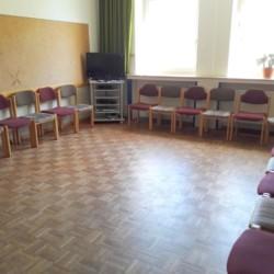 Ein Gruppenraum mit Sitzkreis und TV im niedersächsischen Freizeitheim Settrup in Deutschland.