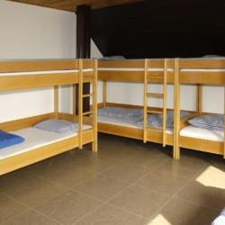 Ein Mehrbettzimmer mit Etagenbetten im deutschen Gruppenhaus Freizeitheim Settrup in Niedersachsen.