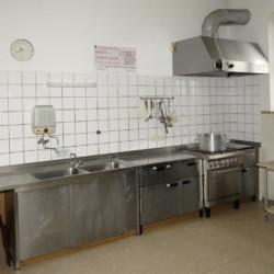 Die Küche im deutschen Freizeitheim für Kinder und Jugendgruppen in Niedersachsen.
