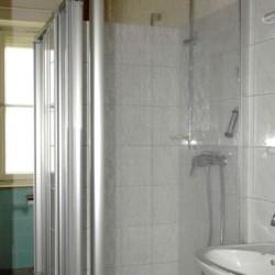 Sanitäre Anlagen mit Einzelduschen im deutschen Gruppenhaus Freizeitheim Settrup in Niedersachsen.