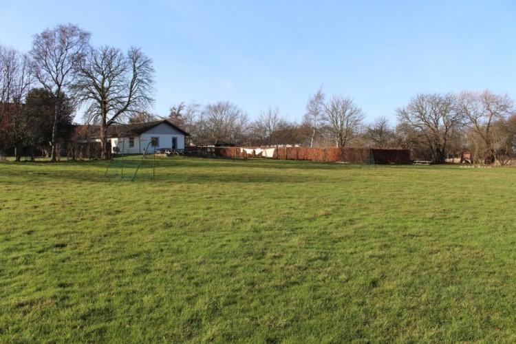 Das dänische Freizeithaus Ristingegaard mit großer Spielwiese.
