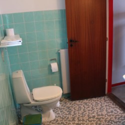 Ein Badezimmer im Ferienhaus Ristingegaard in Dänemark.
