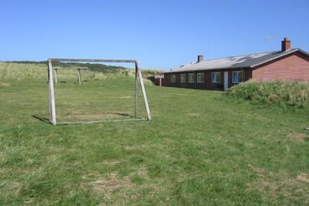 Das Sportfeld am dänischen Kinder- und Jugendfreizeitheim Rubjerglejren direkt am Meer.