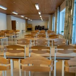 Der große Speisesaal im dänischen Kinder- und Jugendfreizeitheim Rubjerglejren direkt am Meer.