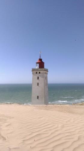 Ein Leuchtturm am dänischen Kinder- und Jugendfreizeitheim Rubjerglejren direkt am Meer.
