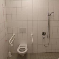 Barrierefreie sanitäre Anlagen mit WC im dänischen Gruppenhaus Tydal für integrative Freizeiten.