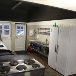 Küche mit Küchengeräten für Selbstverpflegergruppen im dänischen Freizeitheim Tydal für Sommerlager.