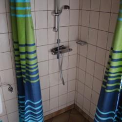 Sanitäre Anlagen mit WC und Einzeldusche im dänischen Gruppenheim Tydal für Kinder und Jugendfreizeiten.