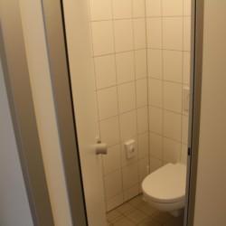 Sanitäre Anlagen mit WC im dänischen Gruppenhaus Tydal für Kinder und Jugendreisen.