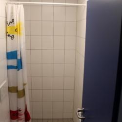 Sanitäre Anlagen mit Einzeldusche und WC im dänischen Gruppenhaus Tydal für Kinder und Jugendfreizeiten.