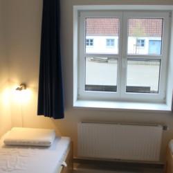 Das barrierefreie Doppelzimmer mit Einzelbetten im dänischen Gruppenheim Tydal für barrierefreie Kinder und Jugendreisen.