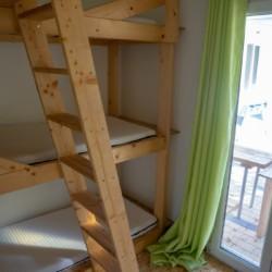 GRK1 Dreier-Stockbetten im griechischen Feriencamp für Jugendfreizeiten direkt am Meer