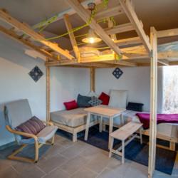 Schlafzimmer mit Esstisch im griechischen Freizeithaus Strandlodges Panorama.