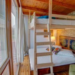 Ein Schlafzimmer mit Etagenbett im Freizeithaus Strandlodges Panorama in Griechenland.