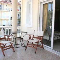 Balkon vom griechischen barrierefreien Gruppenhaus am Meer