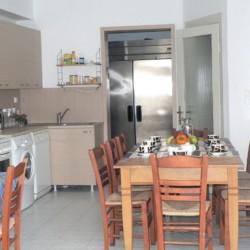 Speiseraum und Selbstversorger-Küche im griechischen barrierefreien Gruppenhaus am Meer