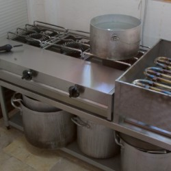 Selbstversorger-Küche im griechischen Feriencamp für Jugendfreizeiten direkt am Mittelmeer