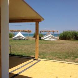 Zelte im griechischen Feriencamp für Jugendfreizeiten direkt am Meer