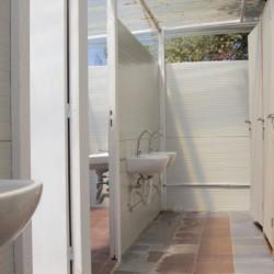 Sanitärbereich im griechischen Feriencamp für Jugendfreizeiten direkt am Mittelmeer