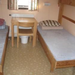 Ein Schlafzimmer mit Tisch im Gruppenhaus Gläntan in Schweden.