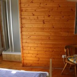 Doppelzimmer mit Dusche im österreichischen Jugendfreizeitheim Höllwarthof