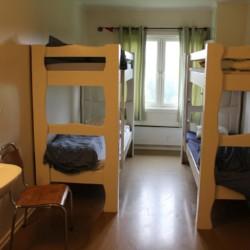 Stockbetten im Viererzimmer vom norwegischen Gruppenhaus mit großem Außengelände Haraset.