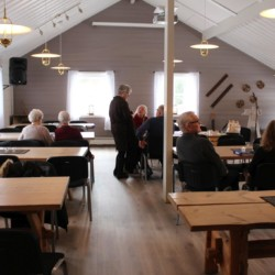 Speisesaal im norwegischen Gruppenhaus für große Gruppen.