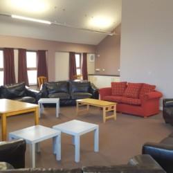 Gruppenraum mit Sofas im Freizeithaus Donegal Hostel in Irland.